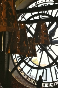 4 Clocks as Hitchock in Orsay, Remonter le temps comme montre Hitchcock et 4 cloches en suspens(60x40)